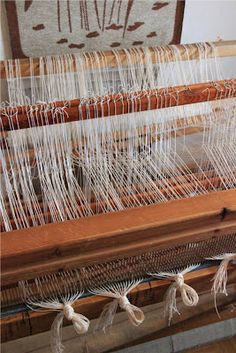 Loimien laittamisen viimeinen vaihe on loimien pistely pirtaan . Edellinen työvaihe oli niisiminen , jossa loimet tuotiin läpi niide... Clothes Hanger, Projects To Try, Weaving, Buckingham Palace, How To Make, Diy, Handmade, Knitting Looms, Coat Hanger