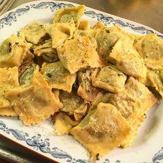 Ravioli med spenat, ricotta, parmesan och rostade pinjenötter. Crunches, Spanakopita, Ravioli, Ricotta, Parmesan, Ethnic Recipes, Food, Abs, Essen