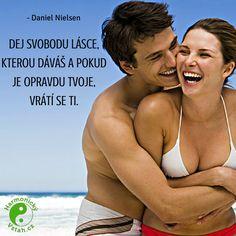 Dej svobodu lásce, kterou dáváš a pokud je opravdu tvoje, vrátí se ti. Carpe Diem, Motto, Dj, Positive Things, Positivity, Love, Quotes, Fashion, Amor