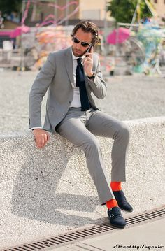 Gray suit with orange socks. Fashion Moda, Suit Fashion, Mens Fashion, Street Fashion, Gentleman Mode, Gentleman Style, Suit Up, Suit And Tie, Mens Office Fashion
