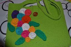 Cartera realizada en hilo  con aplicaciones de flores. Técnica: crochet