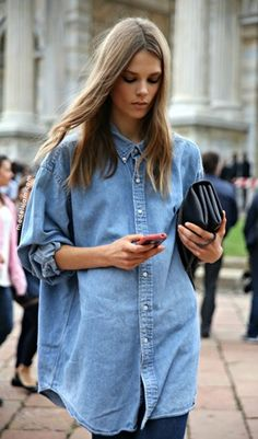 We love the denim shirt trend as they look stylish as part of ANY outfit! If you're unsure of how to wear it, here are some top tips on how to style your denim shirt. Camisa Oversized, Oversized Denim Shirt, Long Denim Shirt, Oversized Clothing, Camisa Boyfriend, Boyfriend Shirt, Shirt Men, Boyfriend Style, Polo Shirt