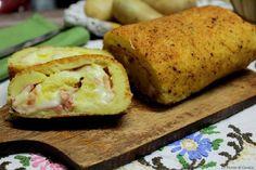 Rotolo di patate farcito con prosciutto cotto e formaggio filante cotto al forno. Con video ricetta dei passaggi. Una ricetta facile, gustosa e veloce. Rice Balls, Crab Cakes, Fritters, Gnocchi, Fett, Cooking Time, Finger Foods, Cornbread, Baked Potato