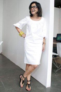 6. Fanzoca que sou da Glorinha Kalil, não podia deixar de procurar um look bem descontraído dela. Olha aí. Vestido branco, bem soltinho, com rasteira preta e bracelete.