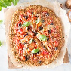 Verdrehte Pizzawelt: Hier kommt der Thunfisch nicht als Belag auf die Pizza Tonno, sondern wird mit Eiern und Mandelmehl zum Low Carb Pizzaboden.