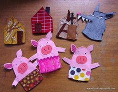 The three little pigs quiet book Felt Puppets, Felt Finger Puppets, Felt Board Stories, Felt Stories, Pig Crafts, Felt Crafts, Art For Kids, Crafts For Kids, Finger Puppet Patterns