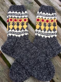 Pohjalaiset sukat miehelle Warm Socks, Knitting Socks, Yarn Crafts, Fingerless Gloves, Arm Warmers, Mittens, Knit Crochet, Knitting Patterns, Wool