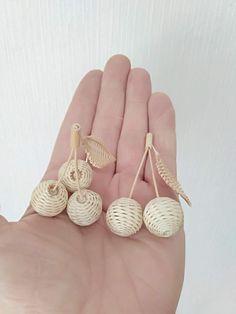 Одноклассники Straw Weaving, Bamboo Weaving, Willow Weaving, Paper Weaving, Weaving Art, Basket Weaving, Weaving Designs, Weaving Patterns, Paper Flower Backdrop