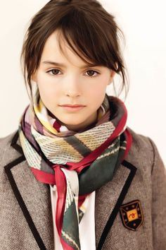 That is a real pretty scarf!! :) And the model looks quite a bit like a certain Miss Katherine McPhee. :) (...I really hope I spelled her name right. Haha!!) :)