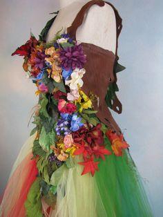 Wunderschöne Mutter Natur Verschmälerung Kostüm Kleid. Fügen Sie Flügel für eine Gesamtstruktur oder Blumen-Fee! Dies ist ein Akt sparkly hi-lo formelle Kleidung, die stark, mit Blumen, Leder, Federn, grün, Tüll, Moos geschmückt worden, Saum Fisch Skala , Stoff, Wildleder, etc.. Alles ist genäht (genäht) einrastet machen diese robust und leicht tragbar für viele Jahre. Es gibt reichlich Tüll Kreisen den Rock erstellen einen Regenbogen Tu-Tu. Enthalten ist die leichte Vogelnest Hut, der…