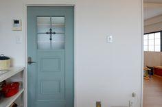 アイアンのドア飾りがシックなリビング扉は、お客様のDIYの結晶!<br />ガラス部分に板を張り100円のフォトフレーム枠を活用して四方框デザインのドアに仕上げられました。