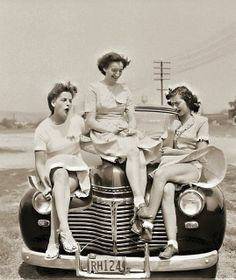 Three women on a windy day, sitting on the hood of a Chevrolet. Vintage Girls, Vintage Love, Vintage Beauty, Retro Vintage, Fashion Vintage, Vintage Pictures, Old Pictures, Vintage Images, Old Photos