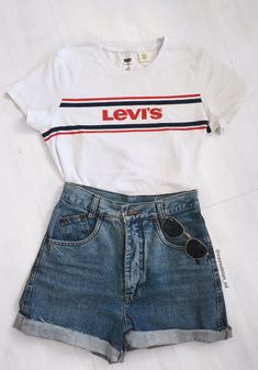 levis short jeans retro cintura alta t shirt rayban Cute Casual Outfits, Cute Summer Outfits, Retro Outfits, Short Outfits, Spring Outfits, Teenage Outfits, Teen Fashion Outfits, Outfits For Teens, Girl Outfits