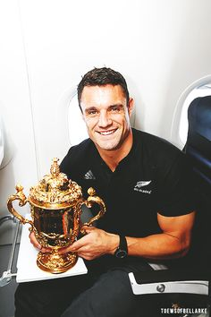Dan Carter on Christchurch tour NZ with Ellis Webb Rugby World Cup 5 November 2015 All Blacks Rugby Team, Nz All Blacks, Rugby Sport, Hot Rugby Players, Nhl Players, World Cup Champions, Rugby World Cup, Duane Vermeulen, Rugby Rules