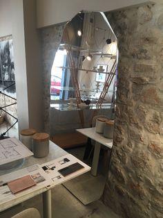 Miroir Koo-Noor specchi  Design by P.Lissoni Miroir posé au sol de forme irrégulière. Dimensions : 116 l x 206 ht Prix : 1 848,00 € TTC + 5,00 € d'eco-participation