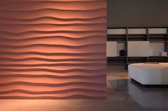 Le onde increspate del mare ispirano questo modello di parete 3D. Onda ha una trama irregolare e decora la parete con i suoi delicati chiaro scuri. Questo modello funziona bene sia negli interni classici che moderni.
