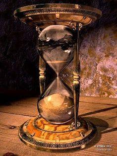 . | por Barbara Greg Hourglass Sand Timer, Hourglass Tattoo, Egg Timer, Foto Gif, Sand Timers, Timer Clock, Bulletins, Old Clocks, Tattoo Artists