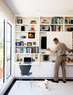 Ideas for a Green Home Remodel The new family room also functions as a home office, thanks to an ingenious floor-to-ceiling media center. A sliding door on the cabinets conceals the TV, and doors fold down into desks. File drawers and a printer station ar Living Room Shelves, Living Room Tv, Kitchen Living, Living Room Without Tv, Tv Escondida, Printer Station, Tv Station, Muebles Living, Sliding Panels