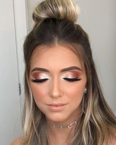 Pretty eyeshadow looks help your eyes looks majestic and has the power to transform your whole look. With pretty makeup looks for brown eyes, here are some ideas. Prom Makeup Looks, Pretty Makeup Looks, Gorgeous Makeup, Awesome Makeup, Rose Gold Makeup, Glam Makeup, Hair Makeup, Professionelles Make Up, Make Up Gold