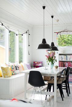 Kerstlampjes: Wil je je interieur toch nog enigszins neutraal houden tijdens de feestdagen? Hang dan lampjes voor de ramen. Let wel: zorg voor witte lampjes. Rode trekken de verkeerde mensen aan….