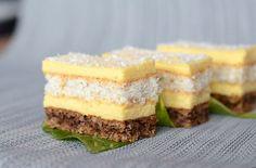 Prajitura cu nuci cocos si crema de vanilie este un desert deosebit, apetisant, ce se prepara destul de usor. Crema de vanilie delicata inmoaie blaturile de nuci si cocos, obtinand o prajitura frageda delicioasa. Ingrediente Prajitura cu nuci cocos si crema de vanilie: Blat nuci: 5 albusuri 150 g zahar