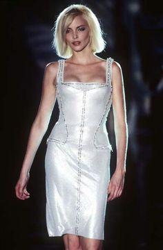 Versace - Haute Couture - Runway Collection - WomenFall / Winter 1995 Atelier Versace, Gianni Versace, Nadja Auermann, Supermodels, Catwalk, Runway Fashion, White Dress, Bodycon Dress, Collection