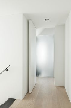 FritsJurgens Pivot Doors: Elegant frameless doors with built-in hinges A pivot door is a frameless door that rotates around its vertical axis and can be opened to both the left and the. White Interior Doors, White Doors, Pivot Doors, Internal Doors, Office Interior Design, Office Interiors, Pocket Doors, Minimalist Interior, Exterior Doors