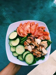 Eat clean! Spinach, cucumber, tomato & chicken breast = #healthy #meal ! #nutrition #supplements https://www.corposflex.com/proteinas