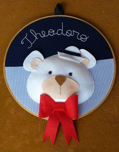 Quadrinho ursinho que pode ser usado tanto na decoração da porta de maternidade, decorar o chá de bebê e ainda para decorar o quarto do bebê.  Confeccionado em tecido 100% algodão e feltro.