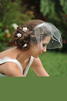 Pins de prata Flora, Carmen, Clarissa em formato de flores com belas pérolas naturais para cabelos de noivas . Voilette Helena para noivas com detalhes de delicadas mini-pérolas na cor off-white montado em pente de metal/prata de 6cm R$ 190,00.