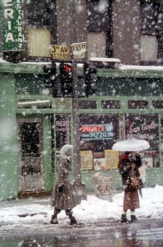 Todd Haynes sites the work of this photographer as inspiration for the look of movie American SAUL LEITER - Untitled - New York (San Carlo Restaurant at Avenue and E Street) - 1952 Saul Leiter, Pittsburgh, New York City, Winter Schnee, New York School, Kunst Online, I Love Ny, Snow Scenes, Foto Art