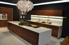 The interior design industry has grown up so much in the last decades. In this post we going to showcase some of the most beautiful modern kitchen design Home Design, Feng Shui, Modern Tv Wall Units, Walnut Kitchen, Ideas Geniales, Living Styles, Kitchen Photos, Modern Kitchen Design, Kitchen Designs
