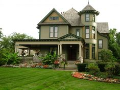 Green accent queen anne victorian house mansion rounded shape turret glass sash windows victorian house designs architecture home design wonderful victorian style house design ideas Victorian House Plans, Victorian Style Homes, Modern Victorian, Victorian Gardens, Victorian Gothic, Style At Home, This Old House, Second Empire, Victorian Architecture