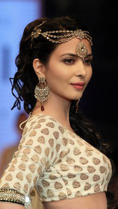 Ankita Shorey looked stunning when she walked the ramp for designer Payal Singhal for the sangini jewelers at the IIJW.