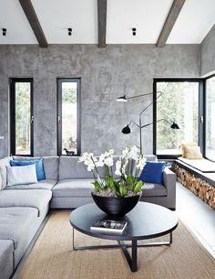 Majitel má rád vzdušné aotevřené prostory, které nezatěžuje přehršel nábytku. Aby však nepůsobily chladně, designérka zvolila nápadité doplňky zpřírodních materiálů. Třešinkou na dortu jsou květiny ve střídmém asijském duchu. FOTO PETR KARŠULÍN