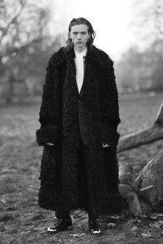 The complete Alexander McQueen Fall 2017 Menswear fashion show now on Vogue Runway. Alexander Mcqueen 2017, Alexander Macqueen, Live Fashion, Mens Fashion, Street Fashion, Fashion Trends, Fall Winter 2017, The Fashionisto, Summer Lookbook