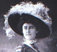 A young New York socialite, Edith Corse Evans, goes down with the Titanic.