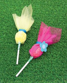 These super easy Trolls lollipops are the perfect party favours for a Trolls party! All you need is some brightly coloured organza and ordinary lollipops. The perfect treat to pop in a party bag!