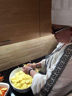 Valkosipuliperunoiden valmistusta