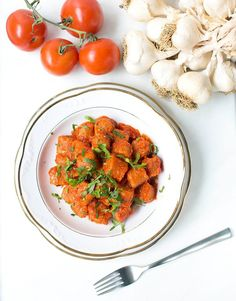 Türkische Bulgur Klöße mit Tomatensoße - Healthy On Green