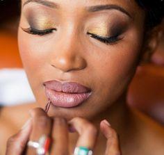 Maquiagem para noiva negra em tons de cobre e dourado. Foto: Alison Cameron.