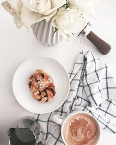 Gestern ist der Lieblingsehemann 29 geworden. Das bedeutet er hat Zimtschnecken gebacken. Fürs Büro. Das wiederum bedeutet ich habe nur diese eine einzige abbekommen. Und lasse sie mir besonders schmecken.  #kanelbullar #zimtschnecken #sweets #kaffee #latte #milchkaffeeliebe #bezzera