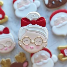 ginger bread royal icing christmas cookies - New Ideas Santa Cookies, Christmas Sugar Cookies, Iced Cookies, Christmas Sweets, Cute Cookies, Noel Christmas, Royal Icing Cookies, Christmas Goodies, Cookies Et Biscuits