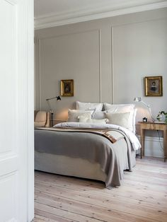 The nordic colours and materials that are so trendy right now (seen in many homes in Stockholm) but with the bed tables, paintings and the wall mouldings the room appears to be timeless- will I think the same in 2 years? So classy. /S