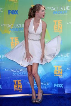 Taylor Swift: Teen Choice Awards. She looks like Marilyn Monroe is this pose.