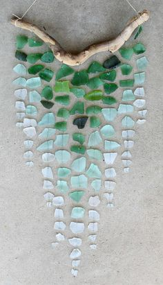 basteln mit treibholz ast glas wand dekoration diy wanddeko selber machen DIY with driftwood branch glass wall decoration diy wall decoration make yourself Diy Ombre, Diy Wind Chimes, Glass Wind Chimes, Homemade Wind Chimes, Seashell Wind Chimes, Driftwood Mobile, Driftwood Art, Sea Glass Crafts, Sea Glass Art