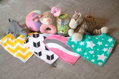 Hallo ihr Lieben! ♥ Wir haben uns entschieden auch bei der Blogparade zum Thema zweckentfremdet von miDoggy mitzumachen. Allerdings musste ich erst einmal einem Moment überlegen, ob wir denn wirklich etwas richtig zweckentfremden. Letztendlich bin ich auf die vielen Babyartikel und Spielsachen – besonders Stofftiere – gestoßen, die Kaya besitzt. Beispielsweise haben wir ihr kurz vor Weihnachten eine Packung Babyhalstücher …
