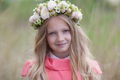 Svadobný účes podčiarknutý kvetinami Rozmýšľate, ako oživiť váš svadobný účes a stále ste nenašli to pravé, čo by najviac ladilo k šatám a zvyšným doplnkom?