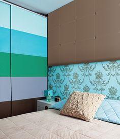 No quarto da arquiteta Letícia Arcangeli, listras grossas foram combinadas com o papel de parede floral, com área retrô. O truque para a mistura foi o mesmo tom de azul nas duas estampas
