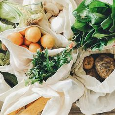 Food waste is a big problem and knowing how to store fruits and vegetables properly can help reduce food waste and save you money. Frozen Vegetables, Fruits And Vegetables, Celery Plant, Vegetable Crisps, Valeur Nutritive, Yummy Food, Tasty, Frozen Meals, Gourmet
